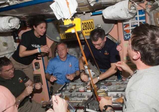 俄宇航员在国际空间站摆香槟照片迎接新年