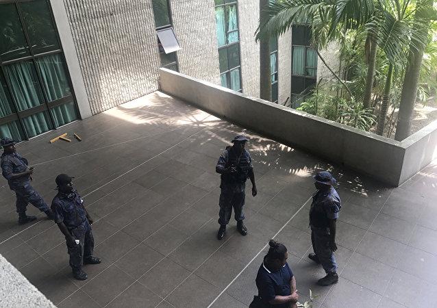 巴新警察冲击议会大楼索要APEC峰会执勤津贴