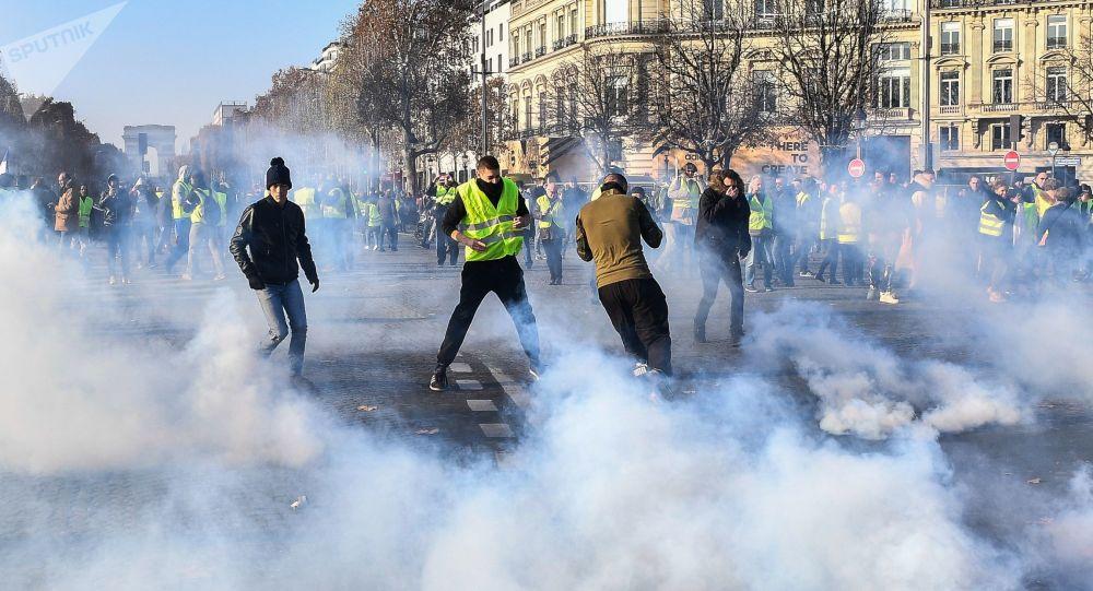 俄卫星社记者在巴黎抗议期间受伤