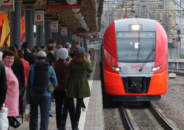 Скоростной поезд Ласточка подается к платформе Курского вокзала для посадки пассажиров первого рейса из Москвы в Нижний Новгород