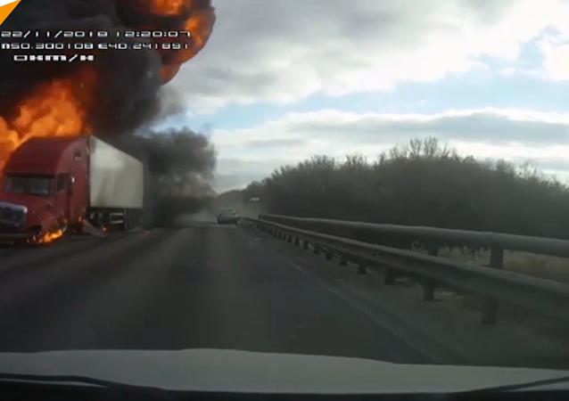俄沃罗涅日高速路撞车起火