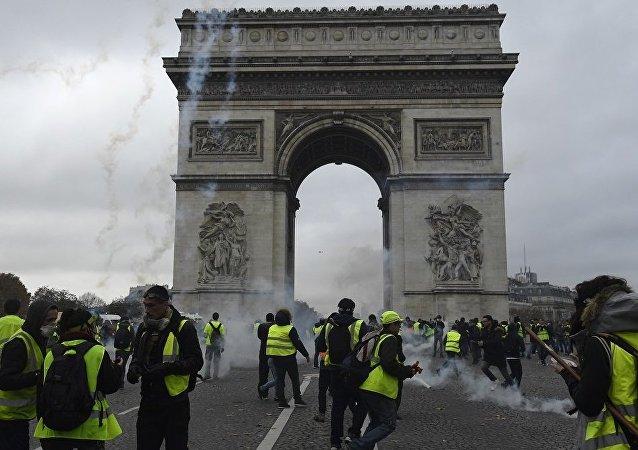 法国内政部长:各地抗议活动中有130人被拘