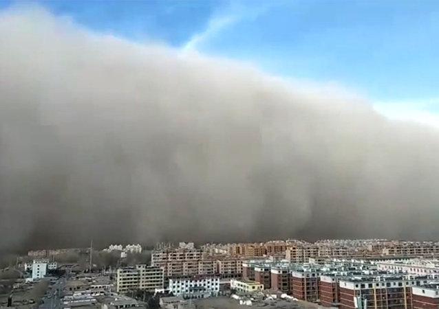 百米沙墙来袭 大风吹动汽车