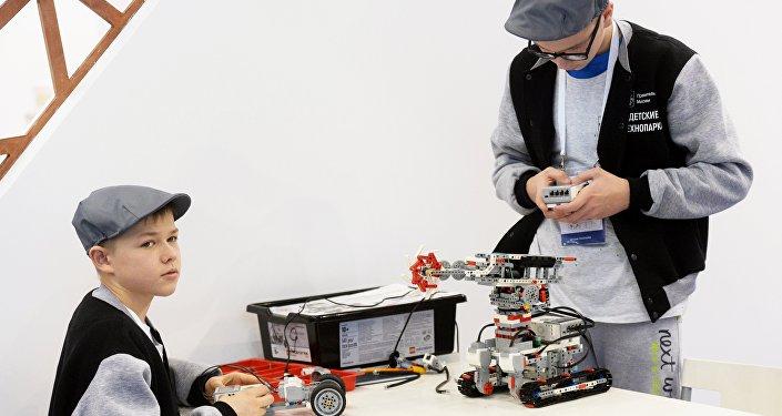 """""""机器人技术""""比赛参赛者"""