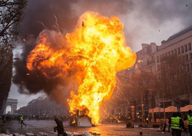 约10辆汽车在巴黎抗议活动中被烧毁