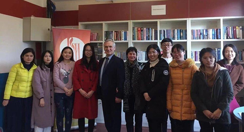 俄罗斯作家谢苗诺夫作为北京外国语大学的名誉教授为该校和广州外国语大学的学生授课。