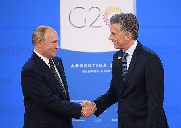 俄罗斯总统普京(左)和阿根廷总统马克里