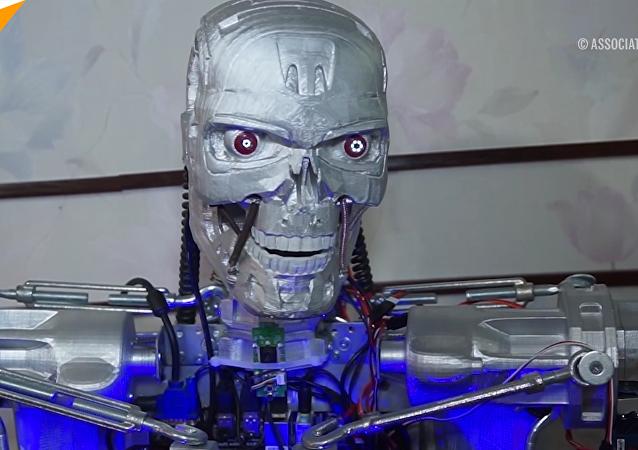 俄男子打造会说话的终结者T-800机器人