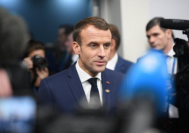 """法国总统马克龙谴责""""黄背心""""抗议期间的暴力行为并呼吁讨论和对话"""