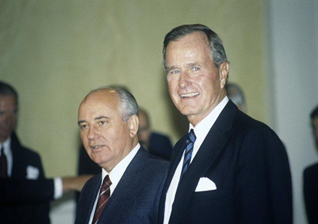 前苏联领导人戈尔巴乔夫 (左)和美国前总统老布什