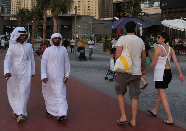 Туристы и местные жители на улице Дубая, ОАЭ