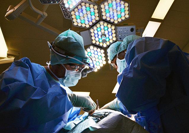 华媒:医生连做6台手术后保住伤者断臂 术后托举手臂睡着