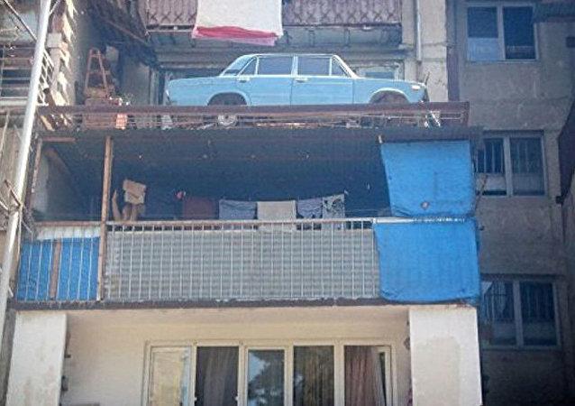 第比利斯一辆日古力汽车在民宅阳台上停放20多年