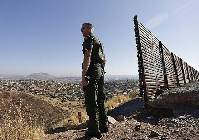 白宫:特朗普打算无视民主党人立场坚决筑墙