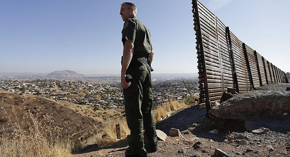 美国执法官员在美墨边境地区