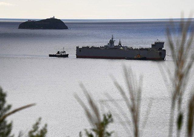 """俄""""响亮""""号护卫舰在日本海首次接收海军航空兵直升机起降"""