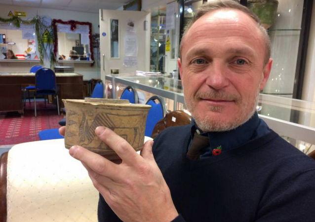 卡尔·马丁买了一个有4000年历史的碗