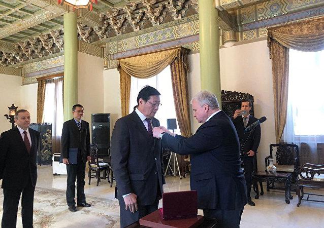 俄罗斯驻华大使为中国前财长楼继伟授予友谊勋章