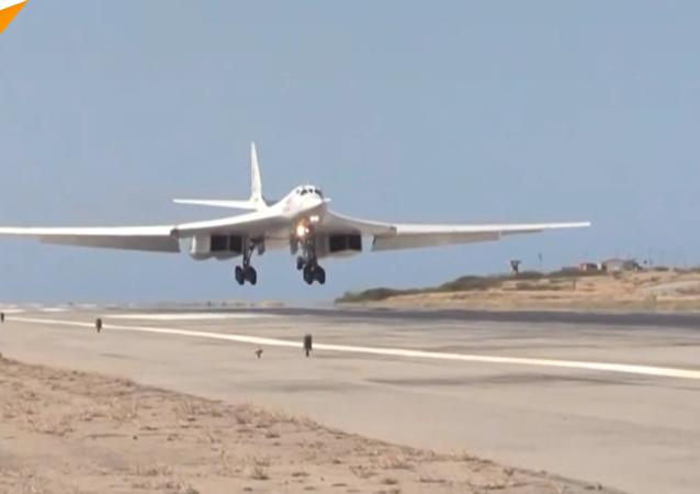 俄罗斯图-160战机飞抵委内瑞拉