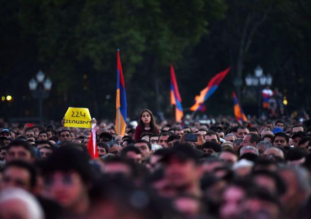 亚美尼亚反对派领导人会见亚军总参谋长并表示支持军方