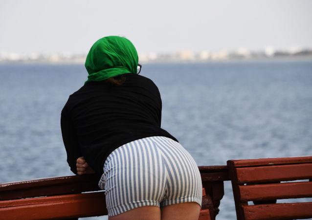 Девушка на набережной острова Джерба в Тунисе