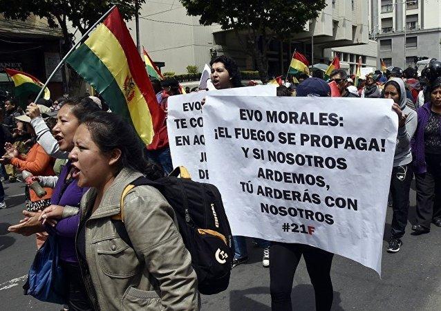 玻利维亚抗议总统连任的示威者焚烧法院大楼