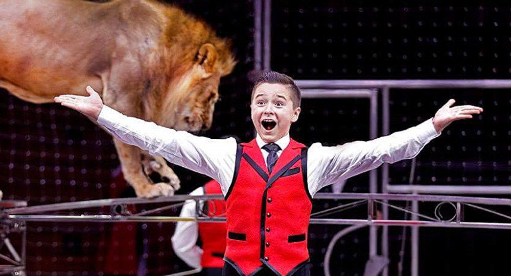 世界上最年轻的训狮人之一铁木儿·冈察洛夫讲述自己两岁时首次进入狮笼的情景