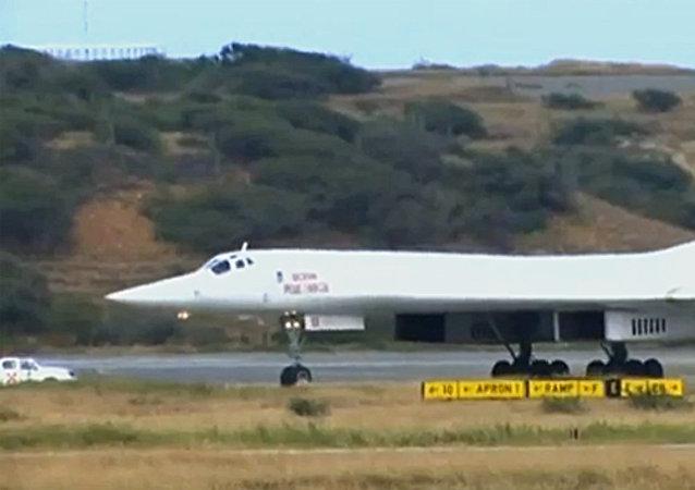 俄罗斯发布图-160轰炸机在加勒比海上空飞行的视频