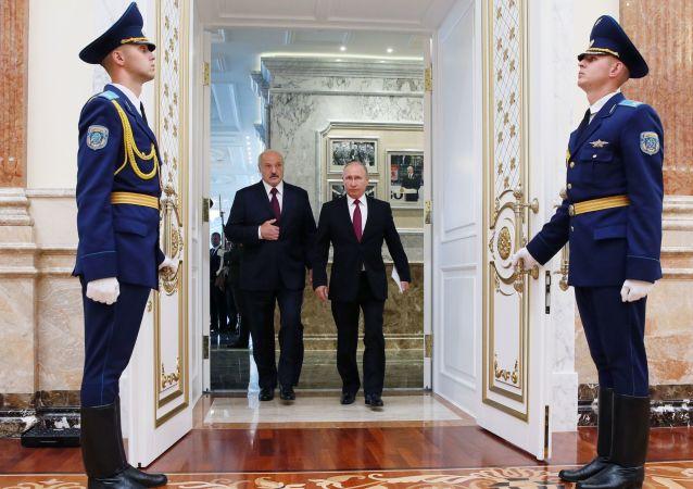 Президент РФ Владимир Путин и президент Белоруссии Александр Лукашенко перед началом заседания Высшего Государственного Совета Союзного государства в Минске