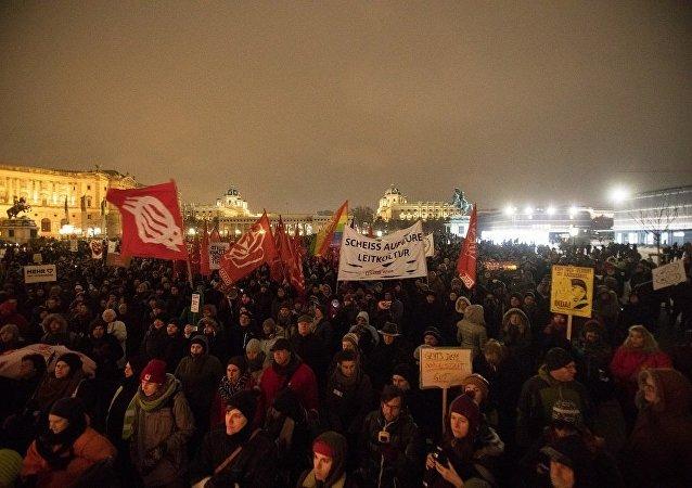 维也纳约17000人参加反政府游行示威活动