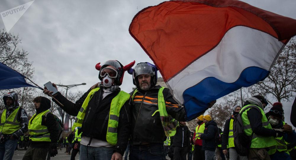 法国斯特拉斯堡恐怖事件后再有上百人举行黄背心抗议活动