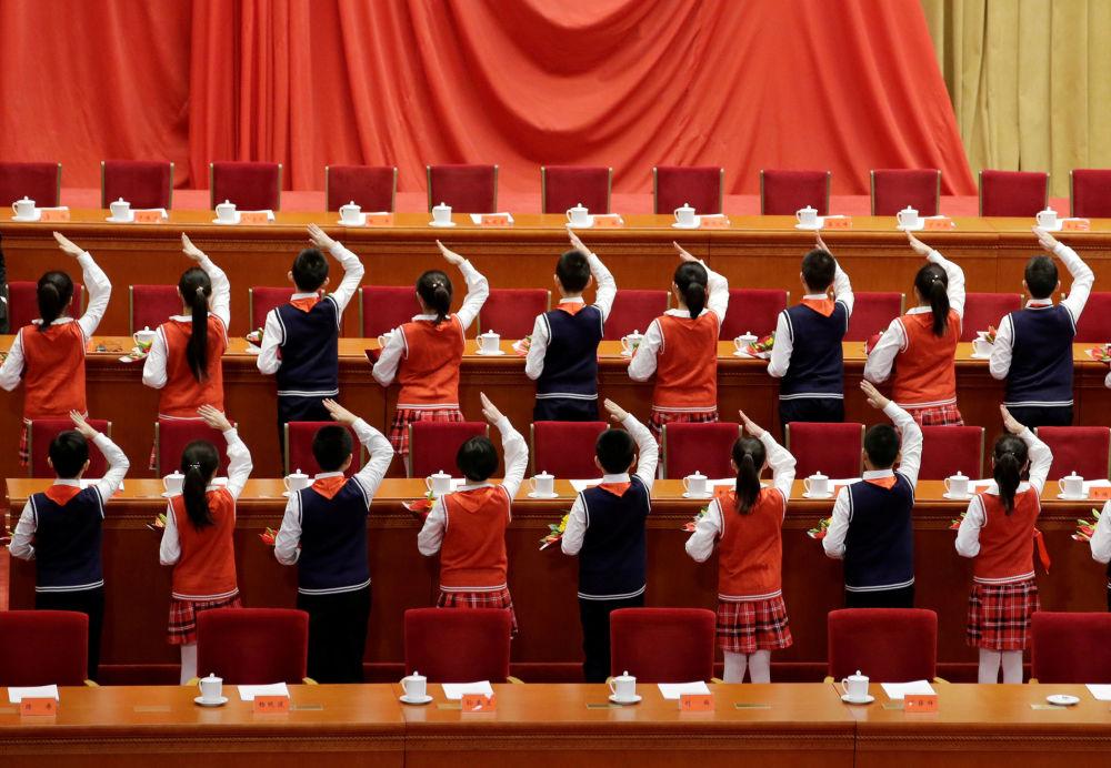 学生们正在为庆祝中国改革开放40周年的活动做准备。