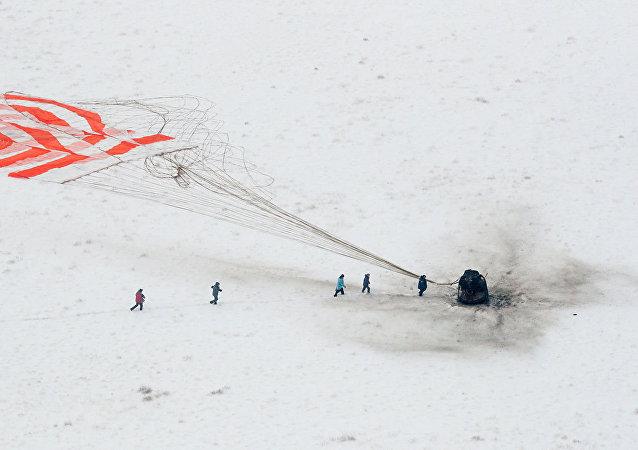 """俄救援人员将""""联盟MS-09""""号飞船返回舱保护起来"""