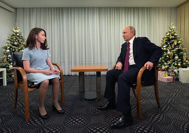 普京接受一名重病患儿采访 帮助她实现梦想