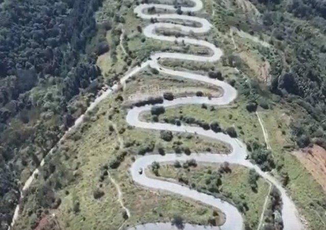 一架无人机拍下中国一条有68道弯的路