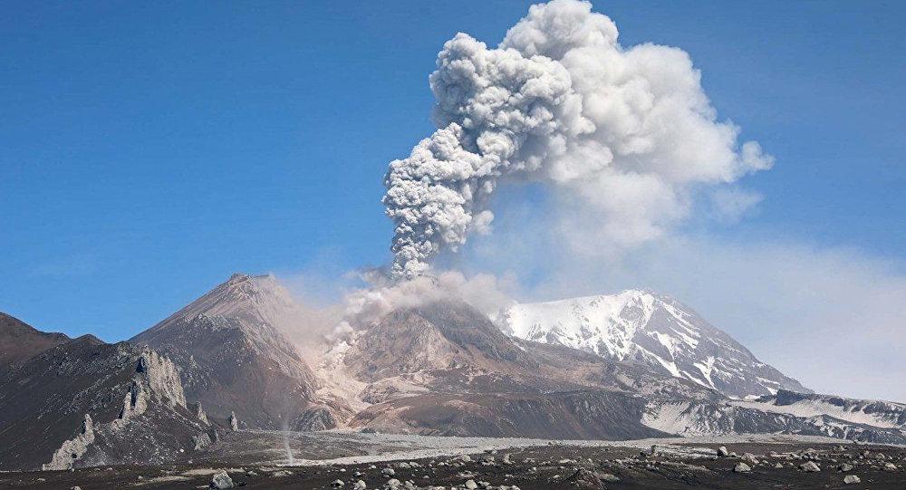 堪察加希韦卢奇火山喷出10千米高灰柱