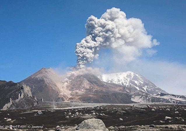 俄堪察加 火山喷发 资料图