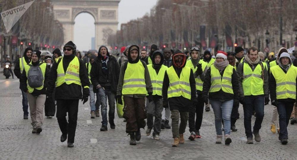 媒体:法国22日黄背心运动参与者人数超过3.8万