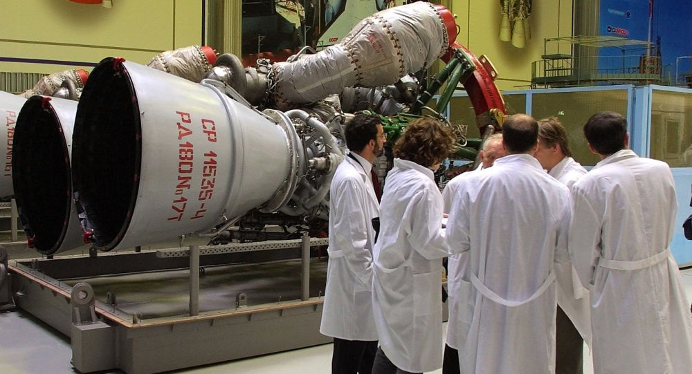 Сотрудники компании Энергомаш рассматривают ракетный двигатель РД-180