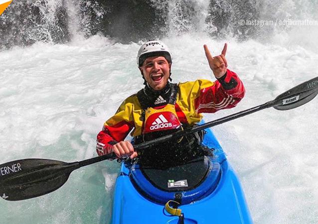 皮划艇运动员征服30米高瀑布