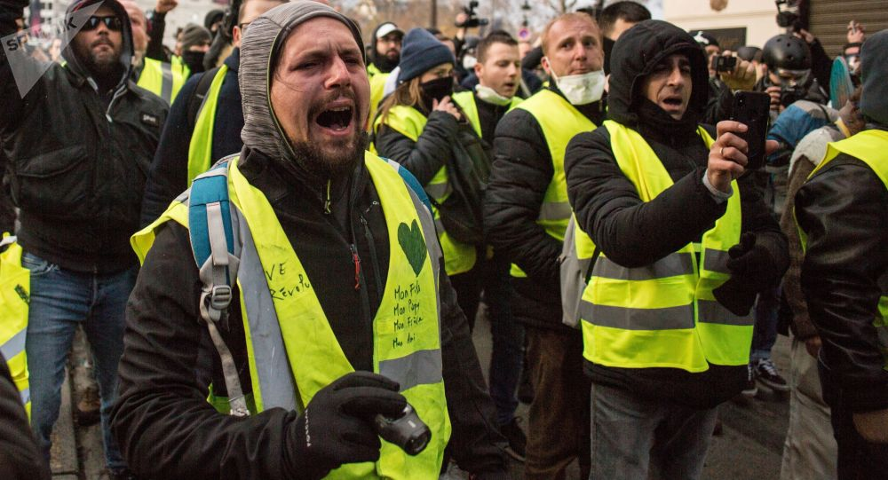 """民调:更多法国人支持""""黄背心""""抗议活动继续举行"""