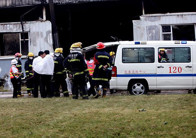 救援人员从中国倒塌的酒店废墟下救出50人