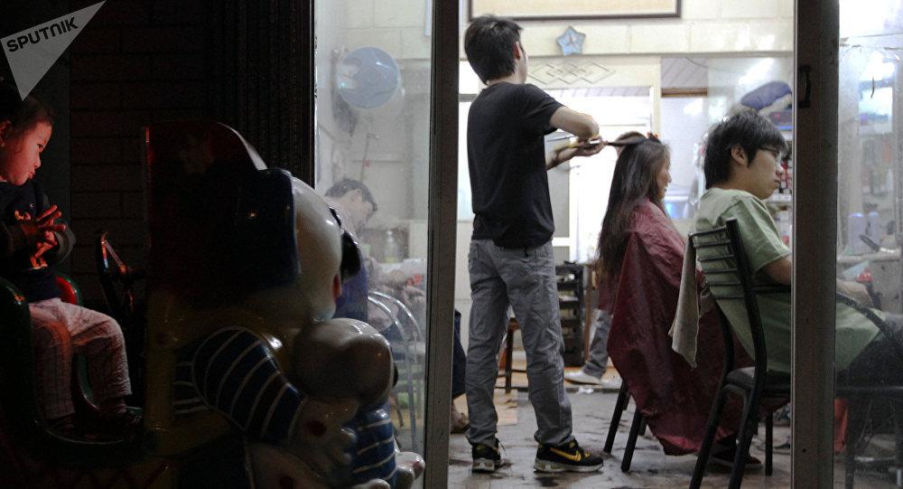 华媒:不满理发师手艺 顾客按住理发师强行给他剃了个头