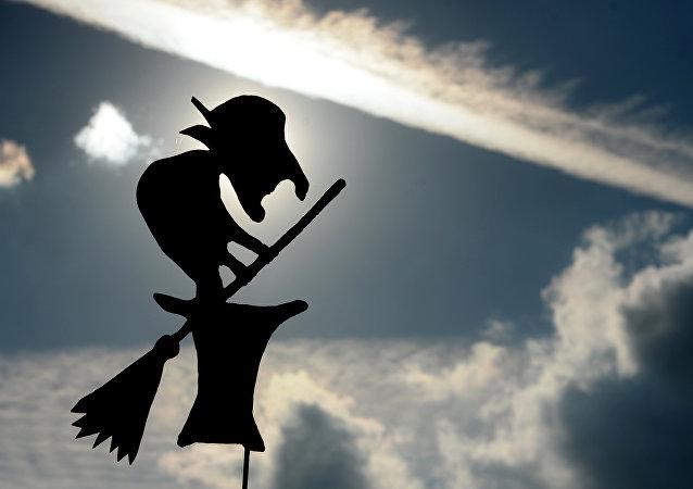 斯摩棱斯克老巫婆铜像在伦敦市中心落成