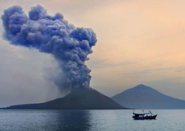 印尼喀拉喀托火山经一系列喷发后海拔高度降至此前的三分之一