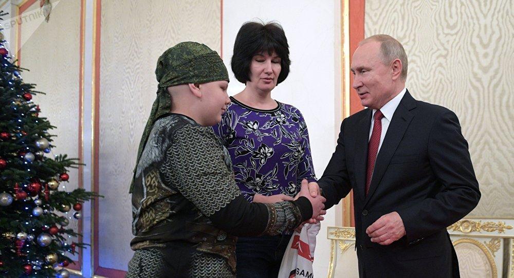 普京与生病的男孩握手