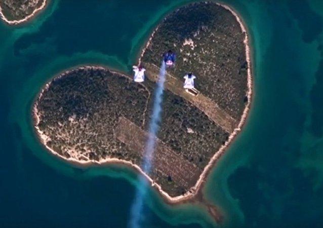 跳伞者飞越心形岛