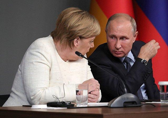俄罗斯总统普京(右)和德国总理默克尔