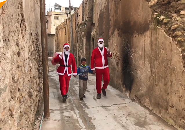 伊拉克圣诞老人在废墟中发放礼物
