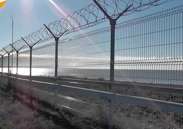 俄安全局在克里米亚边界架起围栏